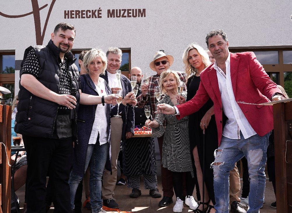 Herecké muzeum oslavilo 3. narozeniny a dostalo unikátní dárky: Košili po slavné herečce i podepsanou knihu