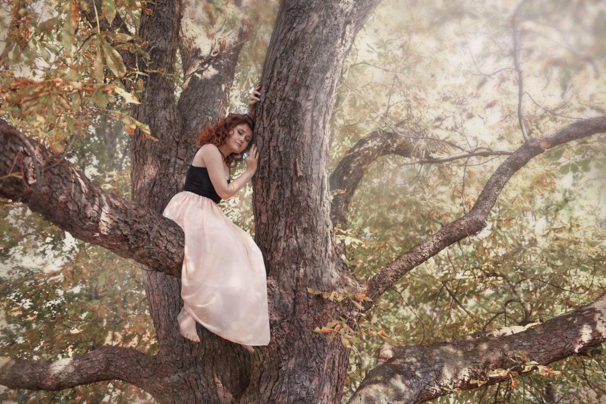 Režisérka Eva Toulová v korunách stromů